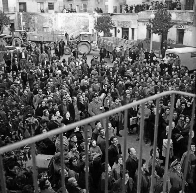 El alcalde de Tauste despidió a los pradillanos acogidos en la plaza de la localidad.