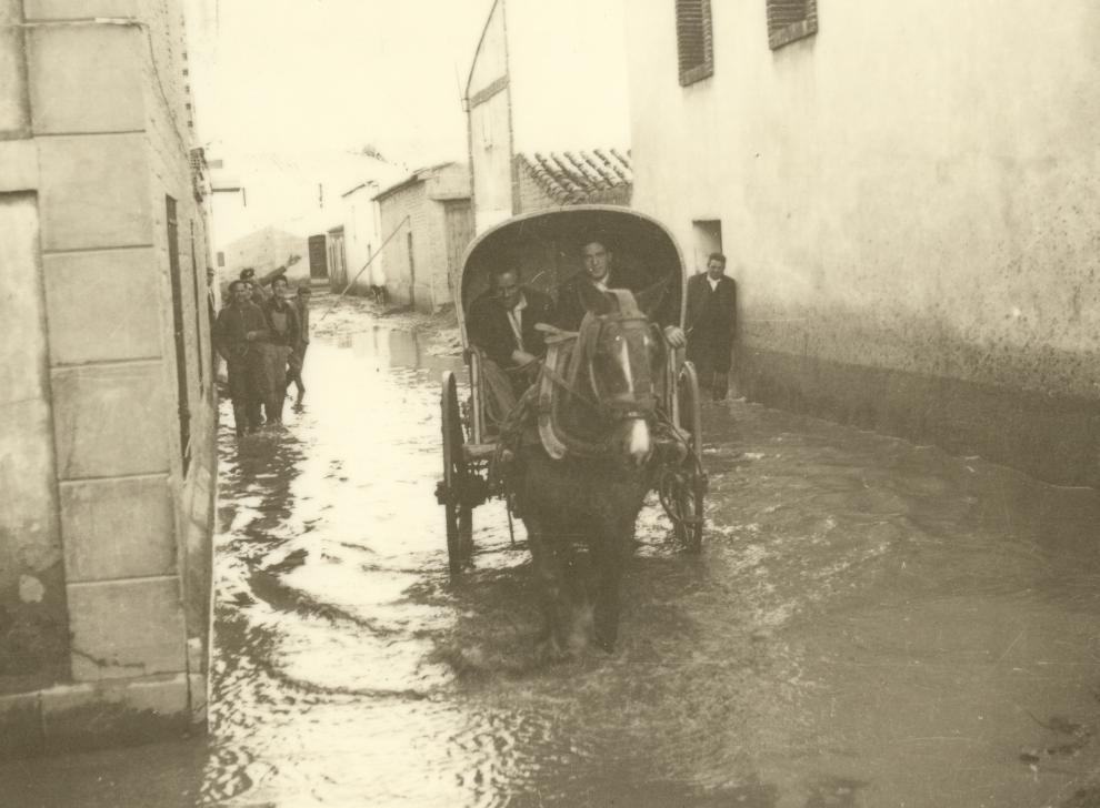Los vecinos de Pradilla fueron evacuados en remolques y carros.