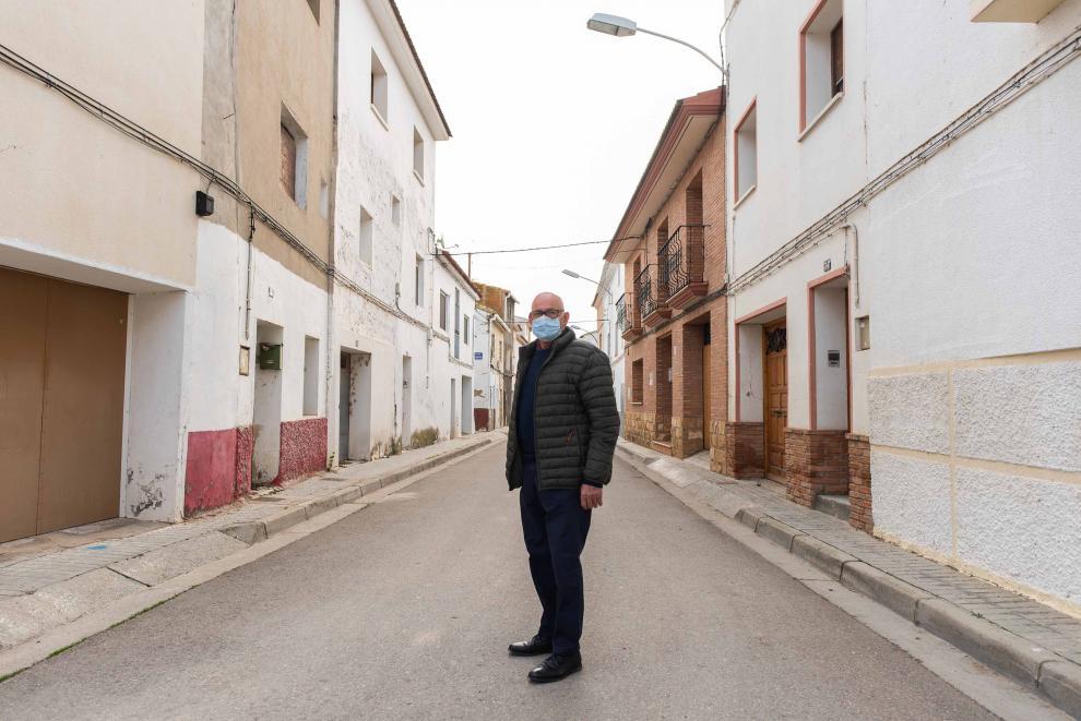 Manuel Morón, que vivió la riada con 16 años, en la calle de la Parroquia.
