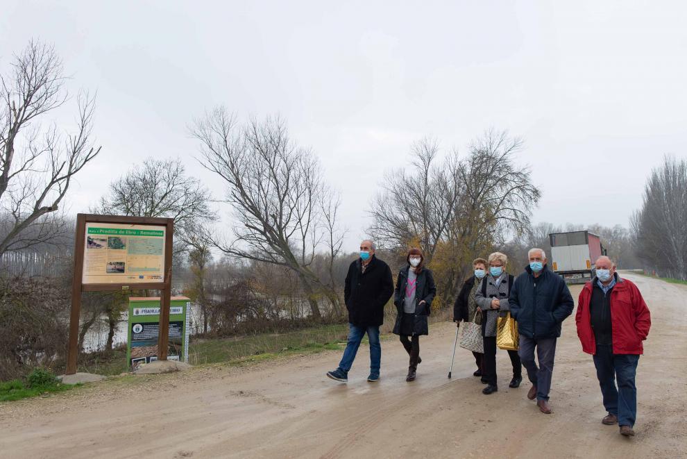 Seis vecinos de Pradilla de Ebro, en las inmediaciones del río.
