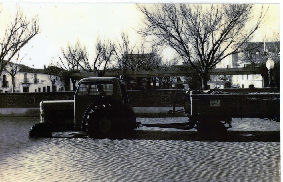 Un tractor trabaja durante las labores de contención del agua en Pina.