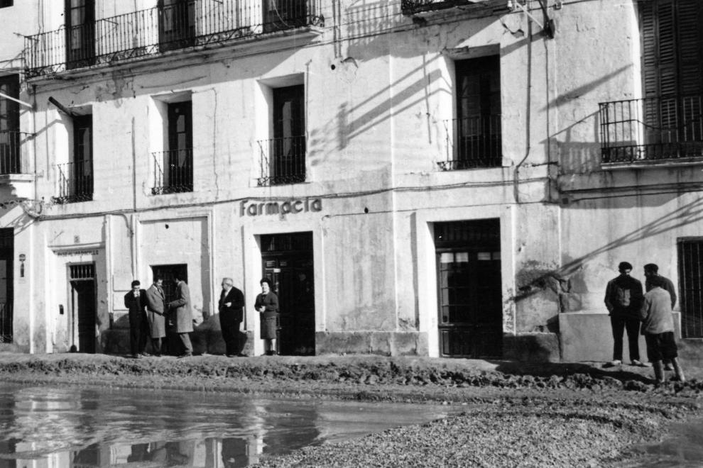 Una calle de Pina de Ebro, durante la riada de 1961.