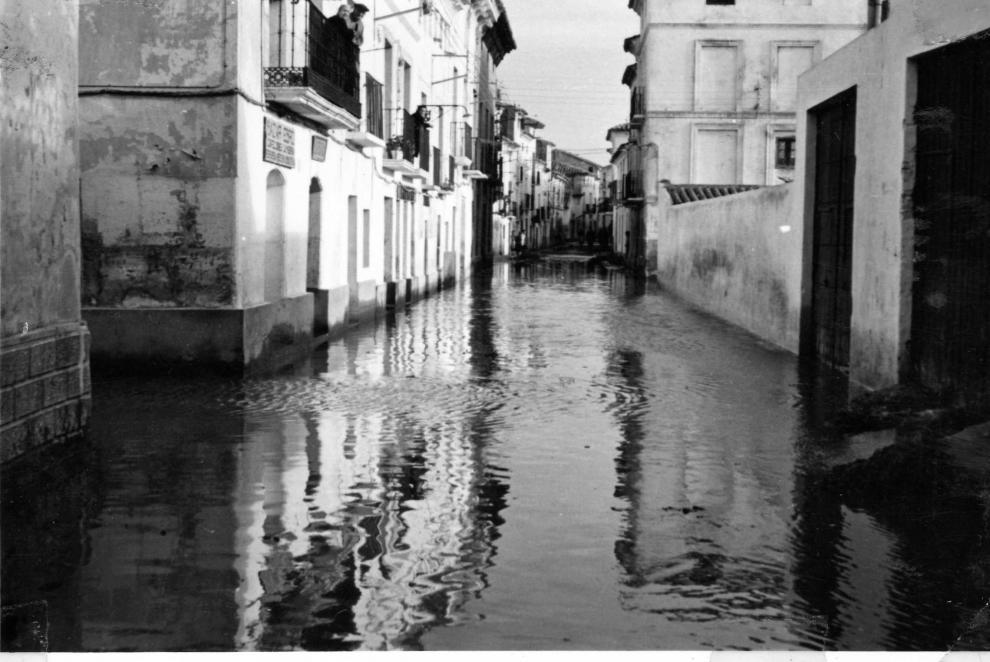 Una de la calles de Pina de Ebro inundada en 1961.