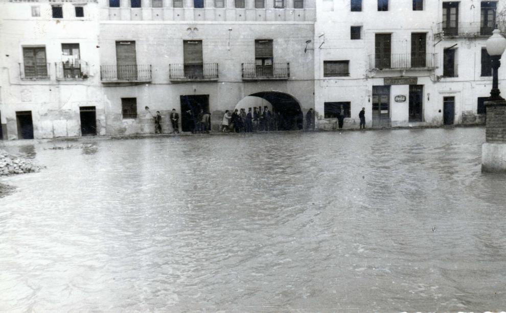 Una plaza de Pina de Ebro, anegada por el agua.