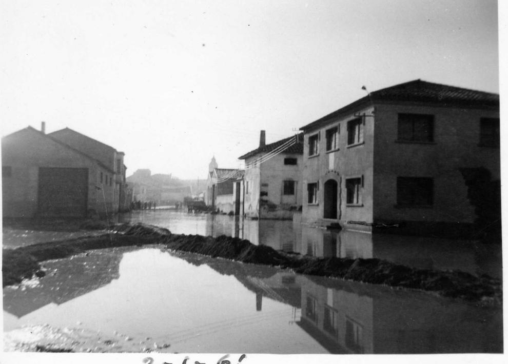 Una plaza de Pina de Ebro, durante la riada de 1961.