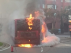 Autobús ardiendo en la plaza Mozart