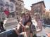 Una familia turolense se hace una foto junto al Torico.