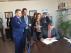 Rafael Morón, directivo de Airbus, firma la aceptación de la nave de logística del aeropuerto ante los consejersos Mayte Pérez y José Luis Soro y el director del aeropuerto, Alejandro Ibrahim.