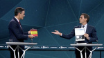 El líder de Cs regala al del PSOE su propia tesis y éste le regala el libro de Santiago Abascal, líder de Vox.