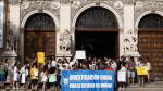 Los investigadores predoctorales han protestado en la puerta del Paraninfo.