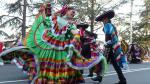 El grupo mexicano, uno de los más coloridos en el desfile final del festival