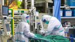 Personal médico atiende a un enfermo de coronavirus en un hospital de Wuhan.