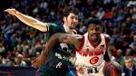 El jugador Dylan Ennis, de Casademont, se escapa de Darío Brizola, de Unicaja, en un partido de liga de la ACB.