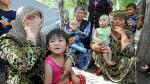 Refugiadas uzbekas con niños esperan en la frontera con Uzbekistán, a siete kilómetros del distrito uzbeko de Osh, ayer.