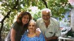 La doctora Pilar Lázaro, junto a Lola (paciente) y Pascual (su hijo y cuidador), en el domicilio de ambos, en Illueca.