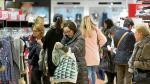 Los zaragozanos acudieron ayer a comprar en el primer día de rebajas a establecimientos como El Corte Inglés de Sagasta.