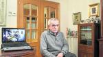 Miguel Ángel Madariaga, teniente retirado de la Guardia Civil, junto al ordenador en el que vio el documental 'Contra la impunidad'.