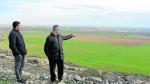 El agricultor Francisco Cruellas y el presidente Ignasi Serviá señalan parte de la zona a transformar.