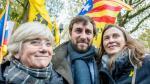 Antoni Comin, con las también exconsejeras catalanas Clara Ponsatí y Meritxel Serret, en una protesta en Bruselas.