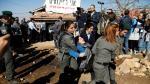 La policía israelí desaloja a una mujer de una de las estructuras de Netiv Haavot, la cual debe ser demolida antes de marzo de 2018
