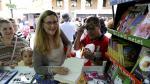 Luz Gabás, firmando en la última Feria del Libro de Huesca