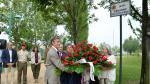 El alcalde, Pedro Santisteve, y víctimas del Hotel Corona, durante la ofrenda floral