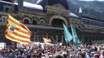 Manifestación por la reapertura sobre las vías de la estación del Canfranc el 15 de julio de 2012.