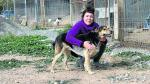 Ana, voluntaria de Amigo Mío, y Bolo, el perro que más tiempo lleva en las precarias instalaciones.