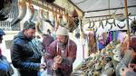 Un artesano vende cuernos para beber o hacer ruido en la calle Yagüe de Salas.