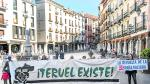 Miembros de la plataforma Teruel Existecon una de las pancartas quese miostraran en la manifestacion del Domingo 31 en Madrid. Foto AntonioGarcia/Bykofoto. 29/03/19 [[[FOTOGRAFOS]]]