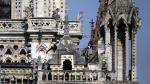 Los bomberos inspeccionan la fachada de la catedral de Notre Dame tras el incendio sufrido el lunes.