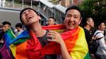 Simpatizantes del colectivo LGTBI celebran la legalización del matrimonio homosexual.