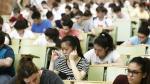 Jóvenes estudiantes en el aula de Derecho de la Universidad de Zaragoza donde se han examinado de la primera prueba de la Evau.