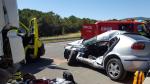 El vehículo pesado ha impactado contra el lateral del coche a la altura de la plaza del conductor y lo ha arrastrado durante un centenar de metros.