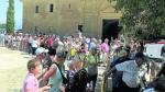 Los asistentes al Homenaje a la Cuna de San Lorenzo aguardan su turno para recibir el Pan de San Lorenzo, dulce típico de la fiesta.