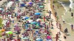 Los bañistas llenaron este miércoles la playa de Levante en Salou, uno de los destinos preferidos por los aragoneses.