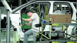 Un trabajador de la planta de Opel-PSA en Figueruelas.