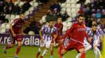 El Real Zaragoza volverá a vestir de rojo por completo en Ponferrada dos años después. La imagen es del Valladolid-Zaragoza (3-2) de la campaña 17-18, con Borja Iglesias, Ángel Martínez y Pombo (con pelo todavía) en el lanzamiento de un penalti que supuso un gol aragonés en Zorrilla.