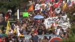 Varios miles de personas se han manifestado esta mañana entre Hendaya e Irún para expresar su rechazo a la cumbre del G7. Denuncian que son los gobernantes de estos países los causantes de la desigualdad, la pobreza y la explotación laboral.