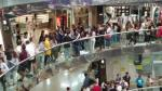 Cientos de jóvenes (y algún padre) guardan una larga fila en el centro comercial El Caracol de la capital aragonesa para conseguir una entrada para el concierto de Anuel, que se celebrará las próximas Fiestas del Pilar.