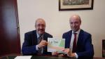 Manuel Rando, a la izquierda, muestra la acción de Tragsa recién adquirida por la Diputación Provincial.