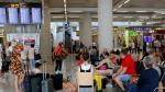 Pasajeros esperan en el aeropuerto de Mallorca tras la quiebra de Thomas Cook, este lunes