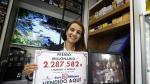 Ana Isabel Nuin, responsable de la administración, sostiene el cartel anunciador del premio millonario.