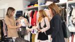 Dos estilistas revisan el vestuario de uno de los comercios participantes en el desfile de ACT.