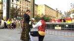 Un joven pide la mano de su novia bajo los pies de la Virgen del Pilar