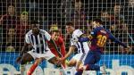 Messi se dispone a lanzar por encima de la defensa de vallisoletana.