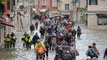 Turistas pasean por Venecia inundada por el 'aqua alta' este viernes, 15 de noviembre.