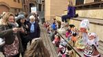 El público observa la exposición de Nancy en Barbastro.