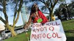 Un miembro de la tribu masai protesta durante la cumbre de Durban en 2011.