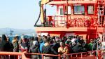 Inmigrantes rescatados este domingo de una patera localizada cerca del cabo Trafalgar.